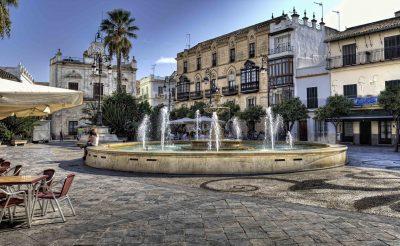Foto de Sanlúcar de Barremada en el centro con una plaza donde puedes tomar el sol con tu perro
