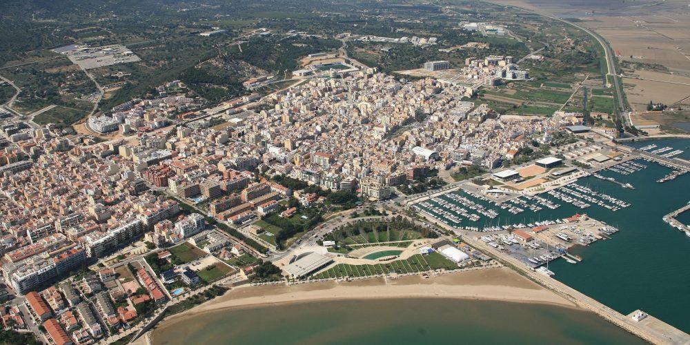 Vista desde el aire de Sant Carles de la Ràpita donde se puede ver el bonito color del agua en sus playas