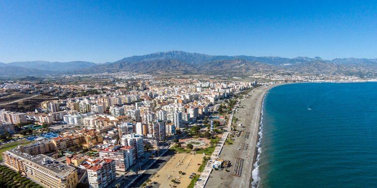 Foto desde el cielo de Torre del Mar donde se puede ver la calidad de la arena de las playas y el color azul del mar