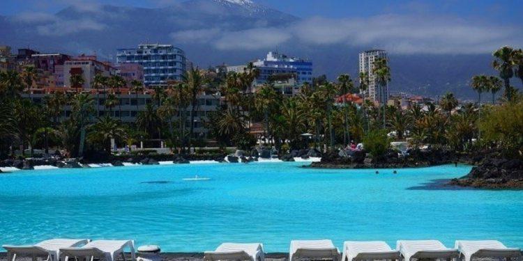 Foto de piscina con Teide al fondo del Puerto de la Cruz, ideal para ir de vacaciones con tu perro