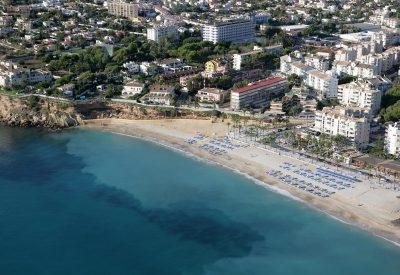 Foto de la playa de El Albir donde se puede ver lo bonita que es la población y la arena blanca de sus playas.