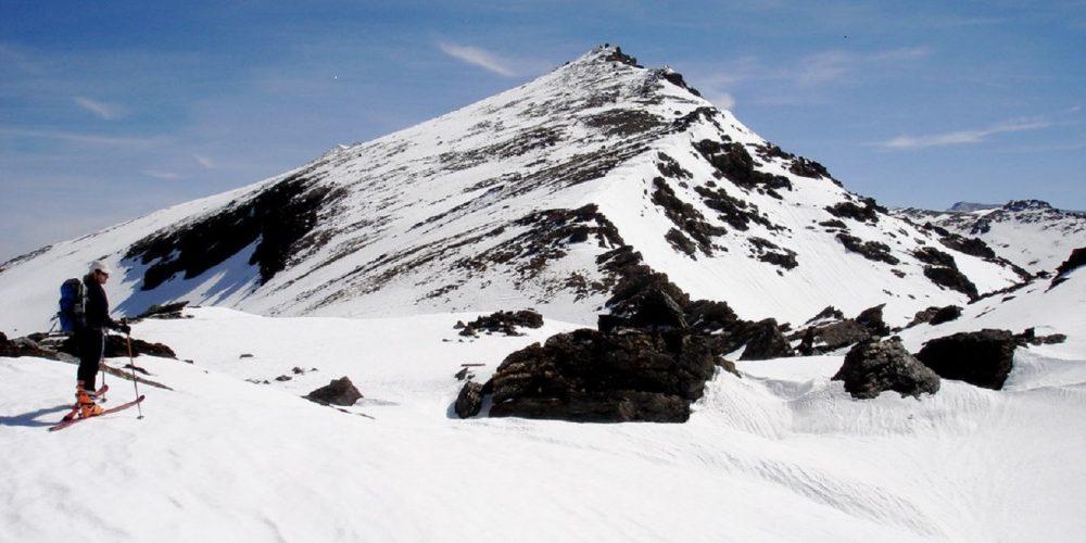 Foto de Sierra Nevada donde se ve un esquiador a la izquierda de la foto