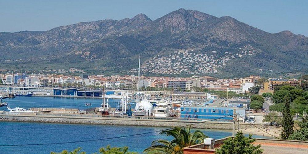Foto panorámica del puerto deportivo de Roses en Girona. Ideal para pasar disfrutar con tu perro.