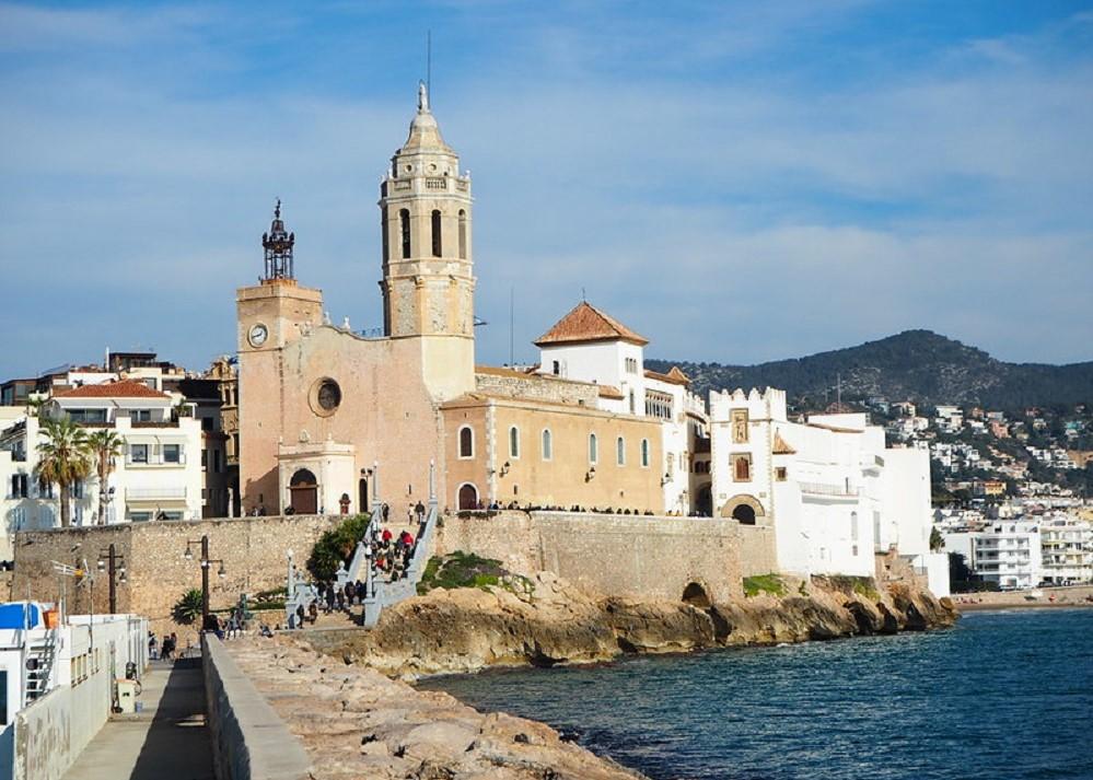 Foto de la parroquía de Sant Bartomeu i Santa Tecla, icono de la ciudad de Sitges, ciudad ideal para disfrutar con tu perro de unos días de relax.