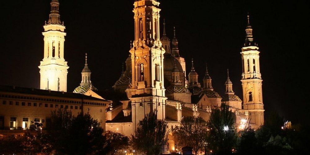 Foto de la Basílica del Pilar, edificio emblemático de Zaragoza, ciudad en la que podrás disfrutar con tu perro de unas merecidas vacaciones.