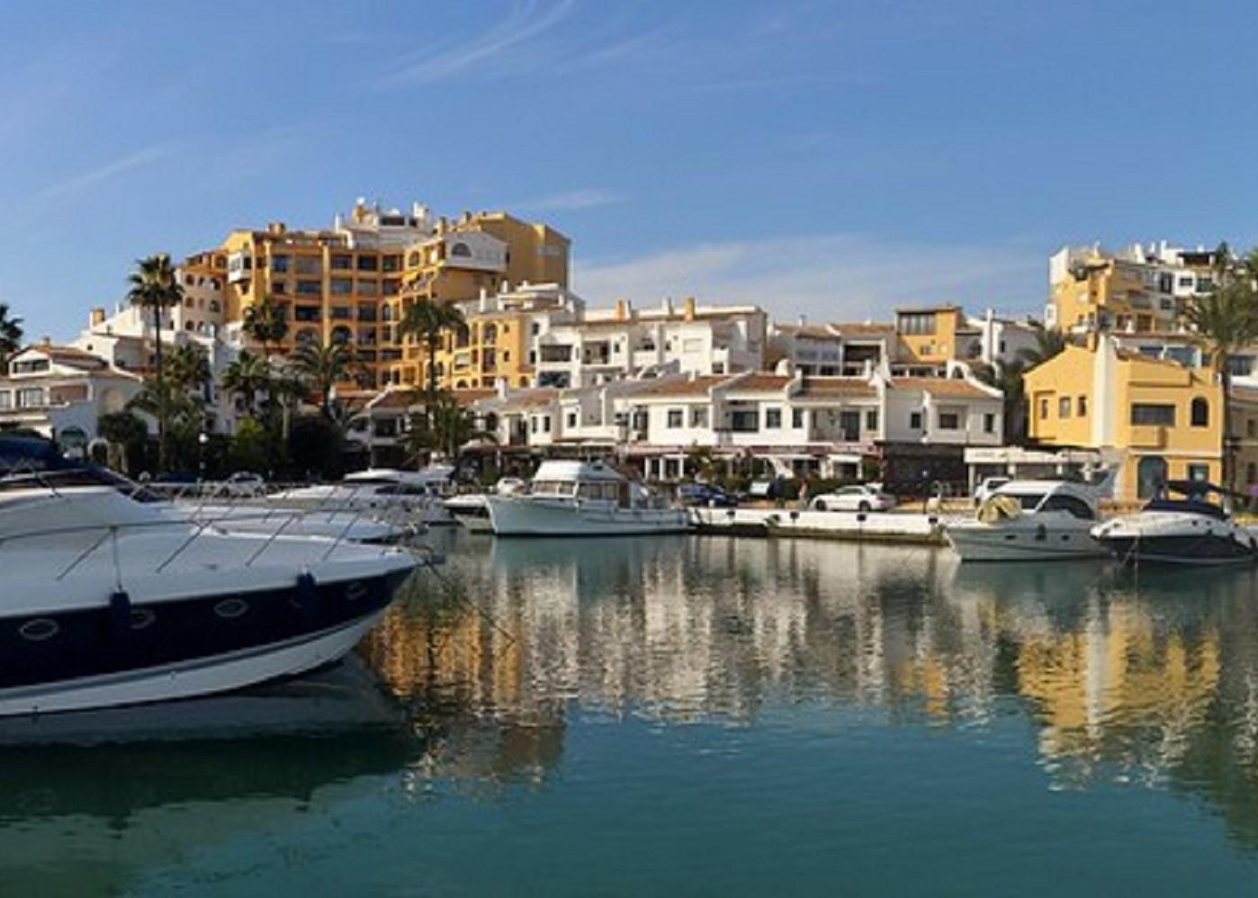 Foto del puerto deportvo de Benalmádena, ciudad ideal para disfrutar junto a tu perro de unos días de relax
