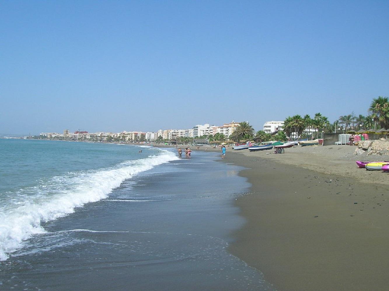 Foto panorámica de la playa de Estepona, lugar ideal para disfrutar con tu perro de unas vacaciones
