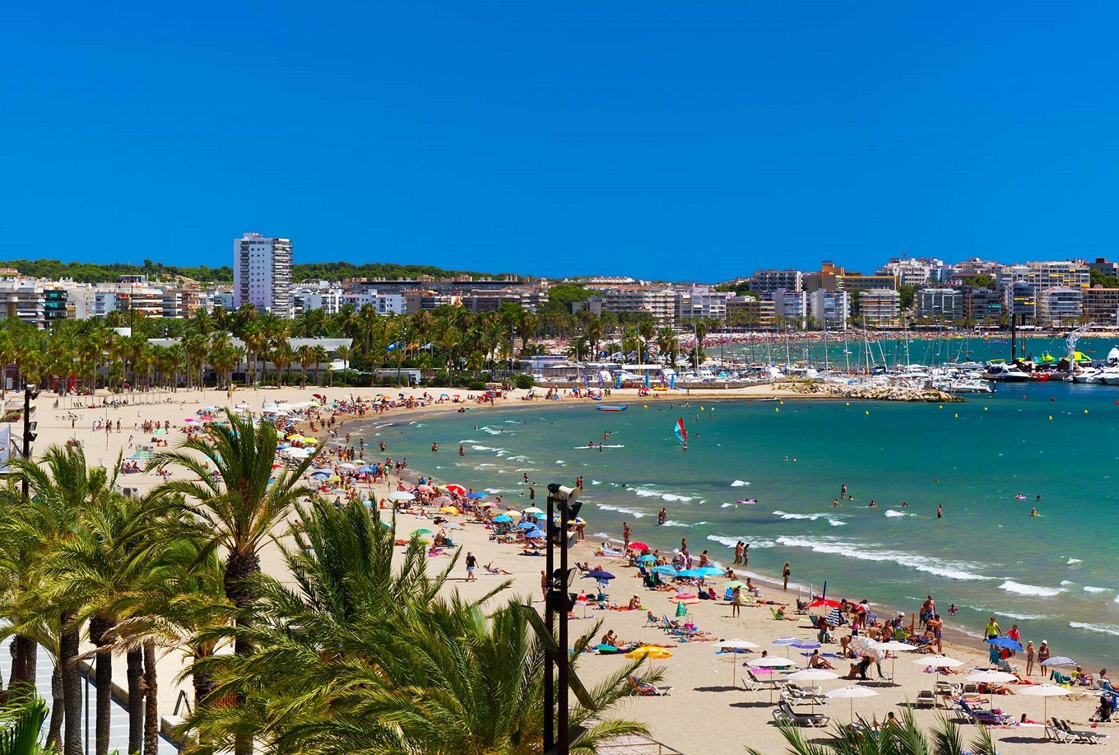 Foto de la playa de Salou en verano donde se puede ver lo concurridas y apreciadas que son sus playas