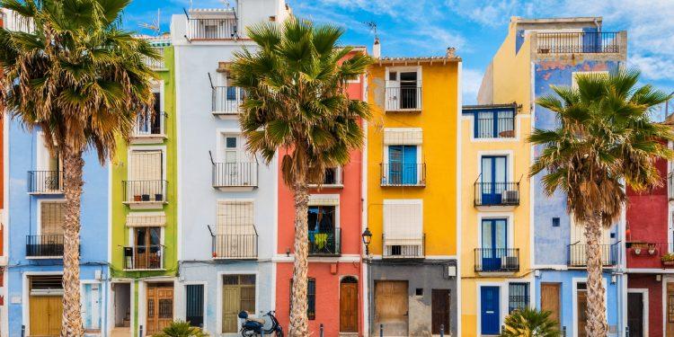 Foto desde la playa donde se puede ver las pintorescas casas que de colores que se encuentran en primera linea de playa