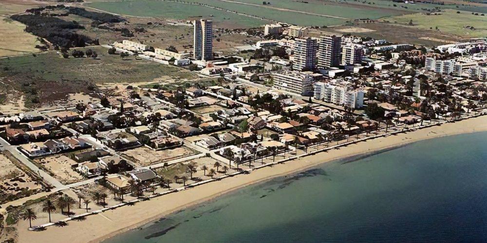 Foto de la playa de Mar de Cristal donde puedes ver la costa desde el aire y numerosos alojamientos donde algunos aceptan perros
