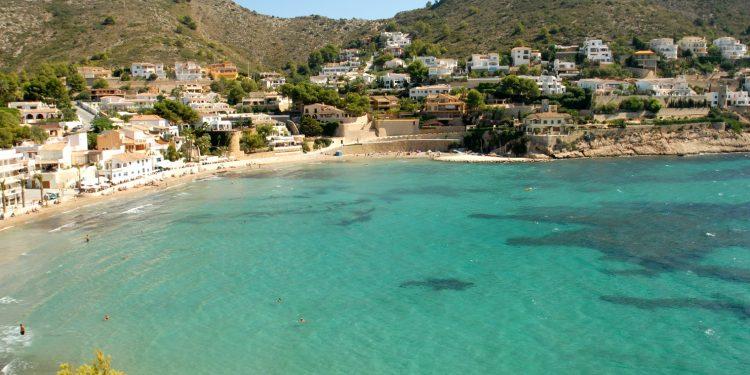Foto de Teulada donde se puede ver la playa y el bonito color del mar que invita a ir en verano con tu perro