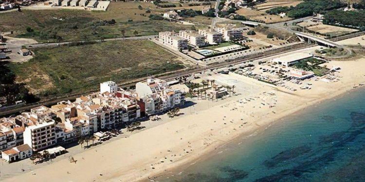 Foto desde el aire donde se puede ver la playa de Torredembarra y los alojamientos que hay en primera línea donde algunos aceptan perros
