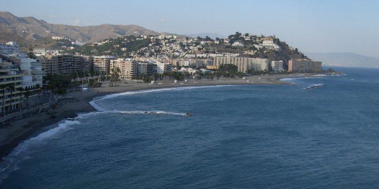 Foto panorámica de la costa de Almuñecar, localidad ideal para ir de vacaciones con tu perro