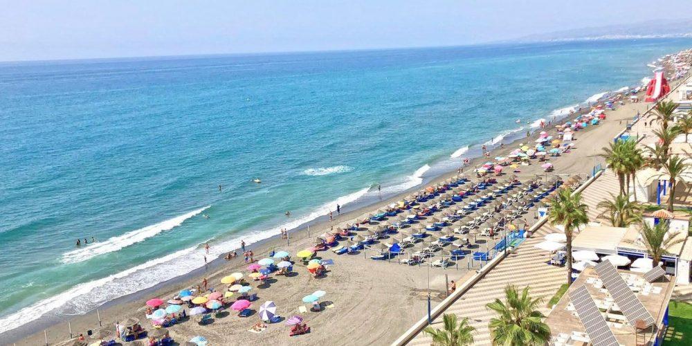 Foto de la playa de Torrox Costa donde se puede ver la calidad de la arena de la playa y la calidad del agua