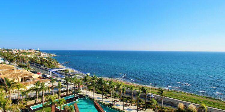 Foto de la playa y el mar de Mijas Costa donde puedes encontrar fantásticos apartamentos que admiten perros GRATIS como los de la foto