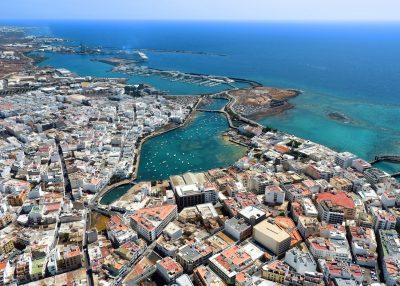 Vista desde el aire de Arrecife donde se puede ver un barco al fondo y donde tiene también muchos alojamientos que aceptan perros