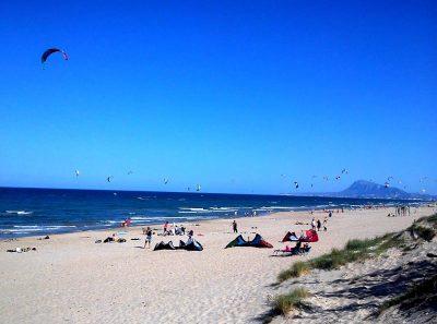Foto de la playa de Oliva donde se puede ver que es una zona con vientos ideal para ciertos deportes y que cerca puedes encontrar estos apartamentos que admiten perros GRATIS cerca de la playa