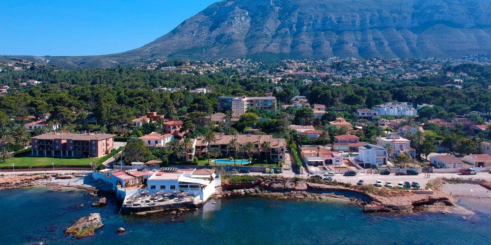 Foto desde el aire de Denia donde se puede ver las edificaciones junto al mar donde se encuentran algunos de estos apartamentos que admiten perros GRATIS
