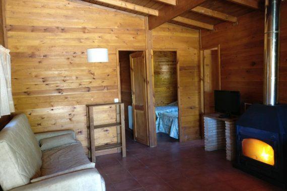 Foto del interior de una cabaña de madera en Cabañas Cortijo el Helao en Jaén