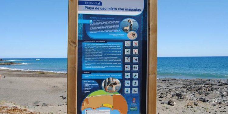 Vista del cartel en playa para perros El Confital