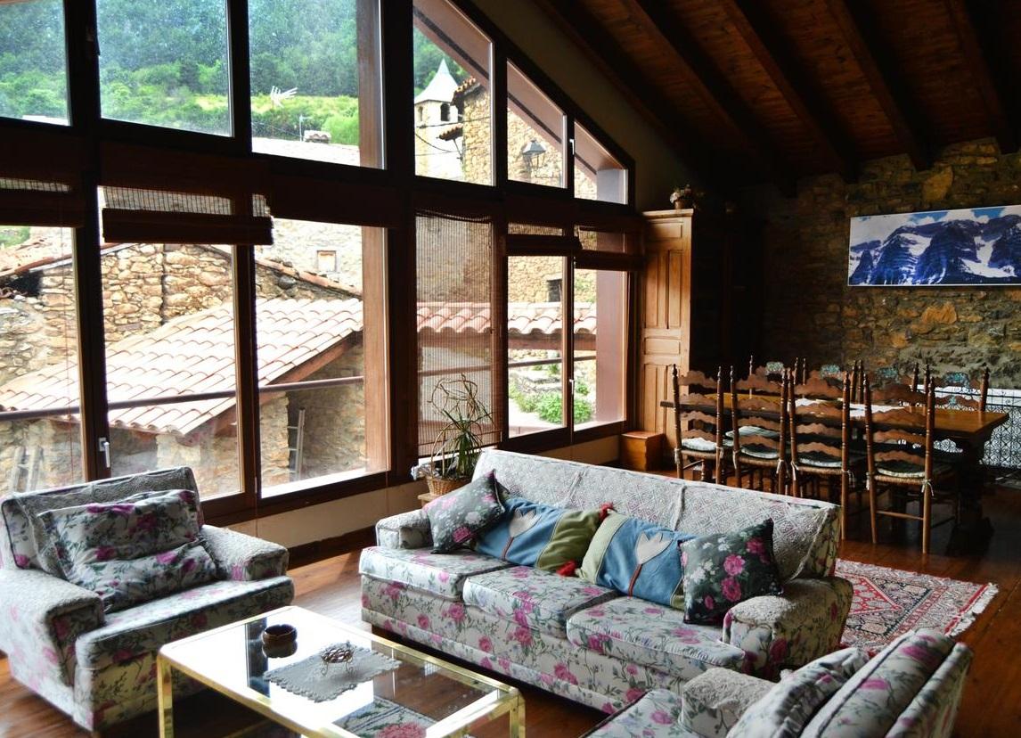 Foto del salón de esta rústica y típica casa de montaña en el pirineo de Lleida donde tu perro puede alojarse gratis