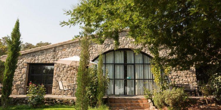 Foto del exterior y los jardines de Casa Rural El Bosque perfecta para que disfrute tu perro por los alrededores