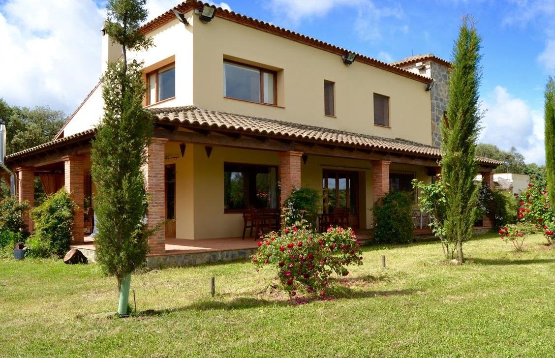 Foto de Casa Rural Alcornocalejo y los jardines del exterior