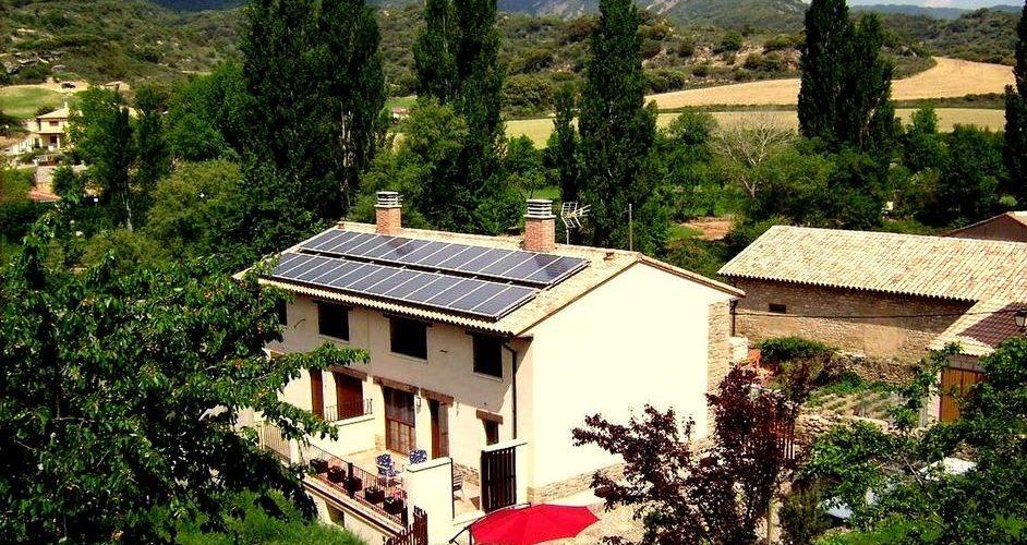 Vista aerea de la Casa Rural Las Lezas donde se puede ver el campo y alrededores de la casa por donde puede correr tu perro si te alojas aqui