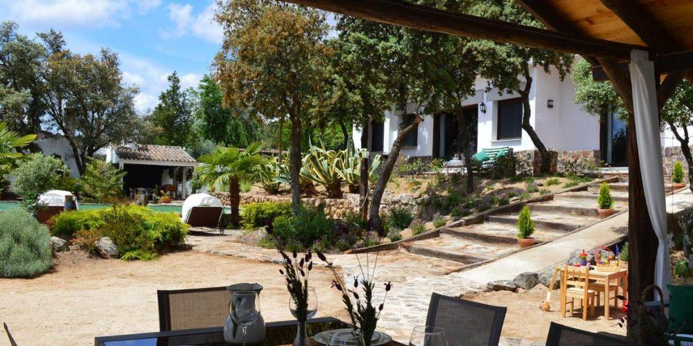 Casas rural La Perala del Pantano y las vistas del exterior, jardines y el toldo bajo el cual podemos comer en el exterior