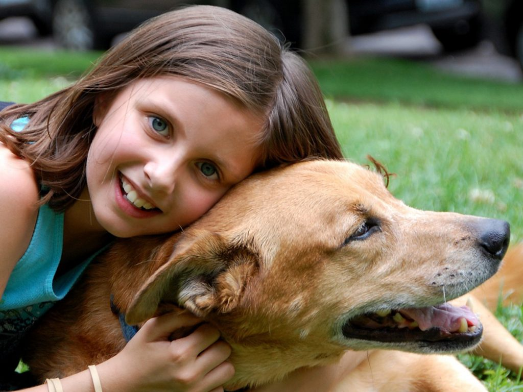chica abraza perro