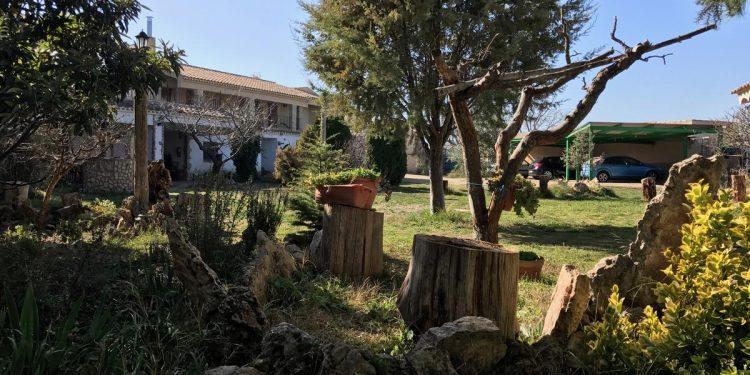 Foto de la Casa Rural La Granja donde puedes disfrutar de los jardines que se ven y de mucho espacio para que corra tu perro es este alojamiento que acepta mascotas totalmente gratis