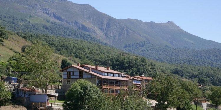 Vista desde lejos de Viviendas Rurales Peña Sagra, uno de los mejores hoteles rurales que puedes visitar en Cantabria