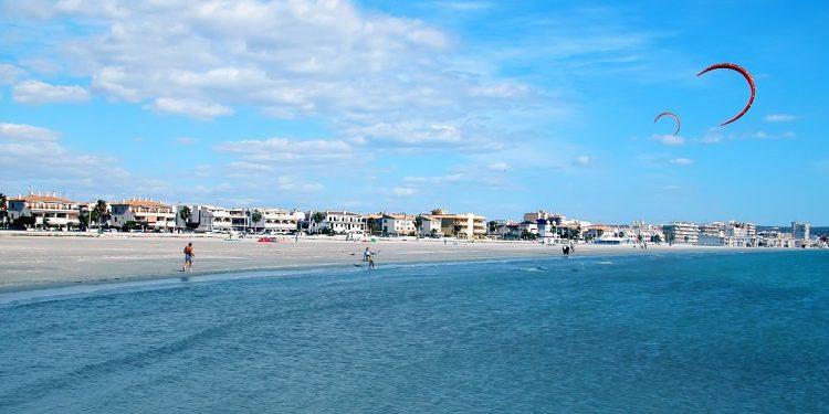 Playa de Santa Pola donde se encuentran todos los apartamentos que aceptan mascotas de nuestro listado
