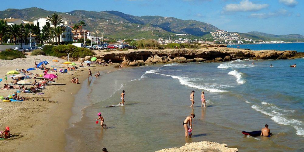 Foto de la playa de Alcossebre donde puedes encontrar la mayoria de apartamentos que admiten mascotas