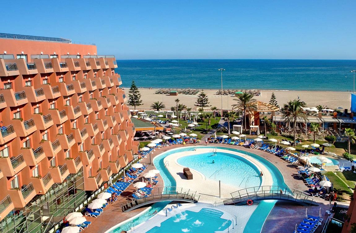Foto con apartamentos y la playa de Roquetas de Mar al fondo donde puedes encontrar los apartamentos para ir con mascotas de nuestra lista