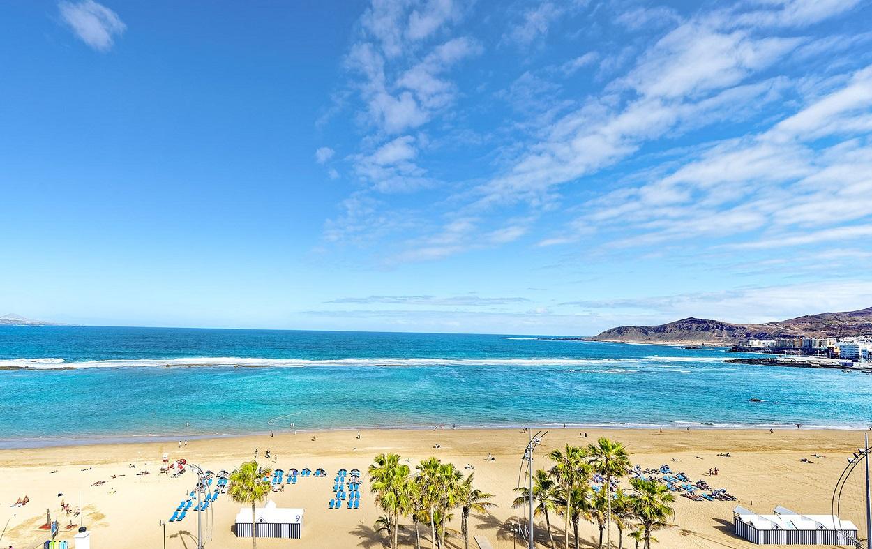 Foto de la playa donde se encuentran los hoteles que admiten perros en Las Palmas de Gran Canaria