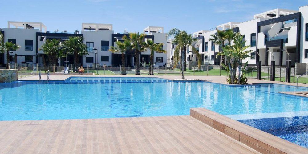 Foto de una urbanización donde se encuentra uno de los mejores apartamentos para ir con perro de Playas de Orihuela