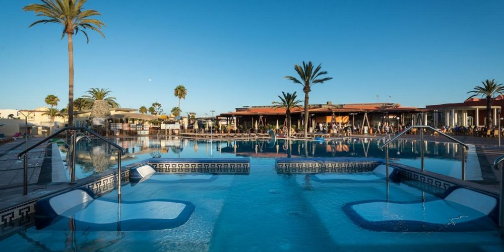 Foto de la piscina que forma parte de la urbanización como la de muchos de nuestros apartamentos para ir con mascota de Playa del Inglés en Gran Canaria