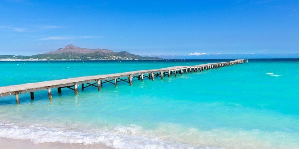 Foto de la playa de la Alcudia, un destino espectacular para ir con tu perro de vacaciones a las Islas Baleares y disfrutar de un apartamento cerca de la playa