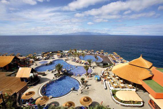 Foto del mar y las piscinas cerca de la costa de Puerto de Santiago en Tenerife donde se encuentran los apartamentos que admiten perros de nuestro ranking