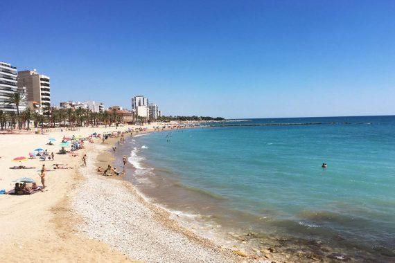 Foto de la playa del Clot en Vinaroz donde puedes ir con tu perro de vacaciones en cualquiera de nuestros apartamentos que admiten mascotas.