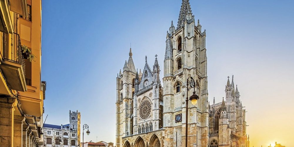 Fotos de la catedral de la ciudad de León donde se encuentran los apartamentos que admiten mascotas de nuestro listado