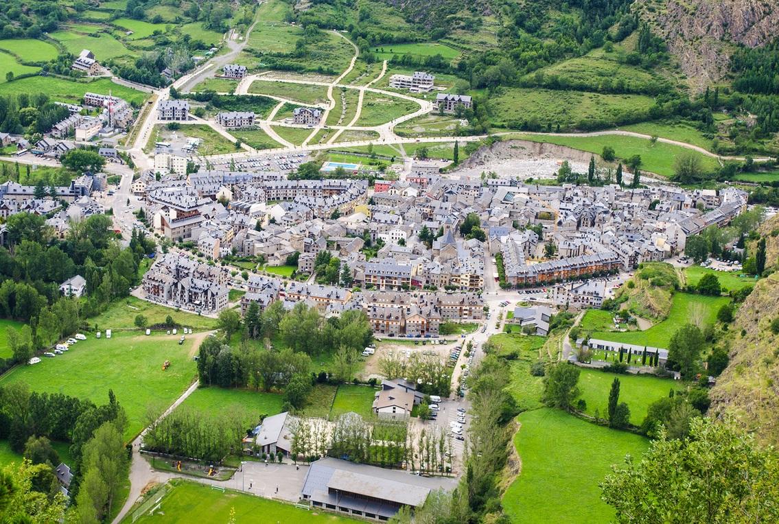 Foto de Benasque vista desde la montaña donde se encuentran los hoteles rurales que admiten perros que hemos preparado en nuestro ranking