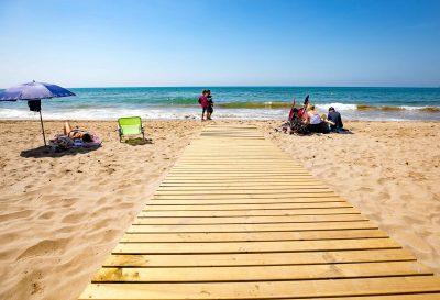 Foto de la playa de Castelldefels donde se encuentran muchos de los hoteles para ir con perro de nuestro listado