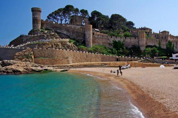 Apartamentos que admiten mascotas en Torre del Mar donde puedes disfrutar de la playa y la Costa Brava este verano