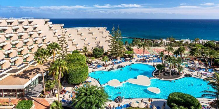 Foto de la playa y la piscina en Costa Teguise donde se encuentran los apartamentos para ir con mascota de nuestro listado