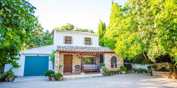 Hoteles rurales para ir con mascotas a la Sierra de Cazorla como el que ves en la fotografía.