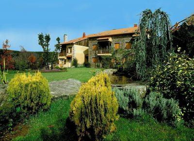 Listado de hoteles rurales que admiten mascotas en la Sierra de Gredos como el Hotel Milano Real que aparece en la fotografia