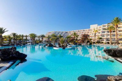 Hoteles que admiten mascotas en Lanzarote ideales para ir a la playa o disfrutar de una piscina como el del Meliá Salinas