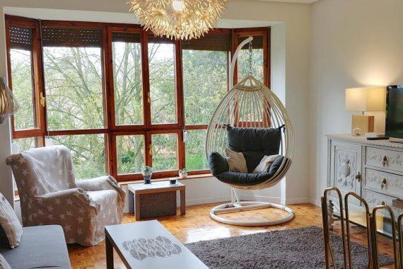 Apartamentos que admiten mascotas en la ciudad de Burgos como este apartamento con suelo de madera y vistas geniales